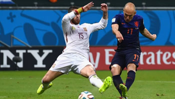 Arjen Robben (Netherlands) in his way to make the 5th goal against Spain, defeats Sergio Ramos (Spain).