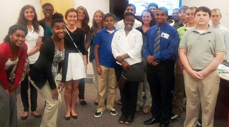 Palm Beach Gardens Medical Center Ayuda A Los Voluntarios Adolescentes Descubrir Su Vocación Volun Is Volunteer Program For High
